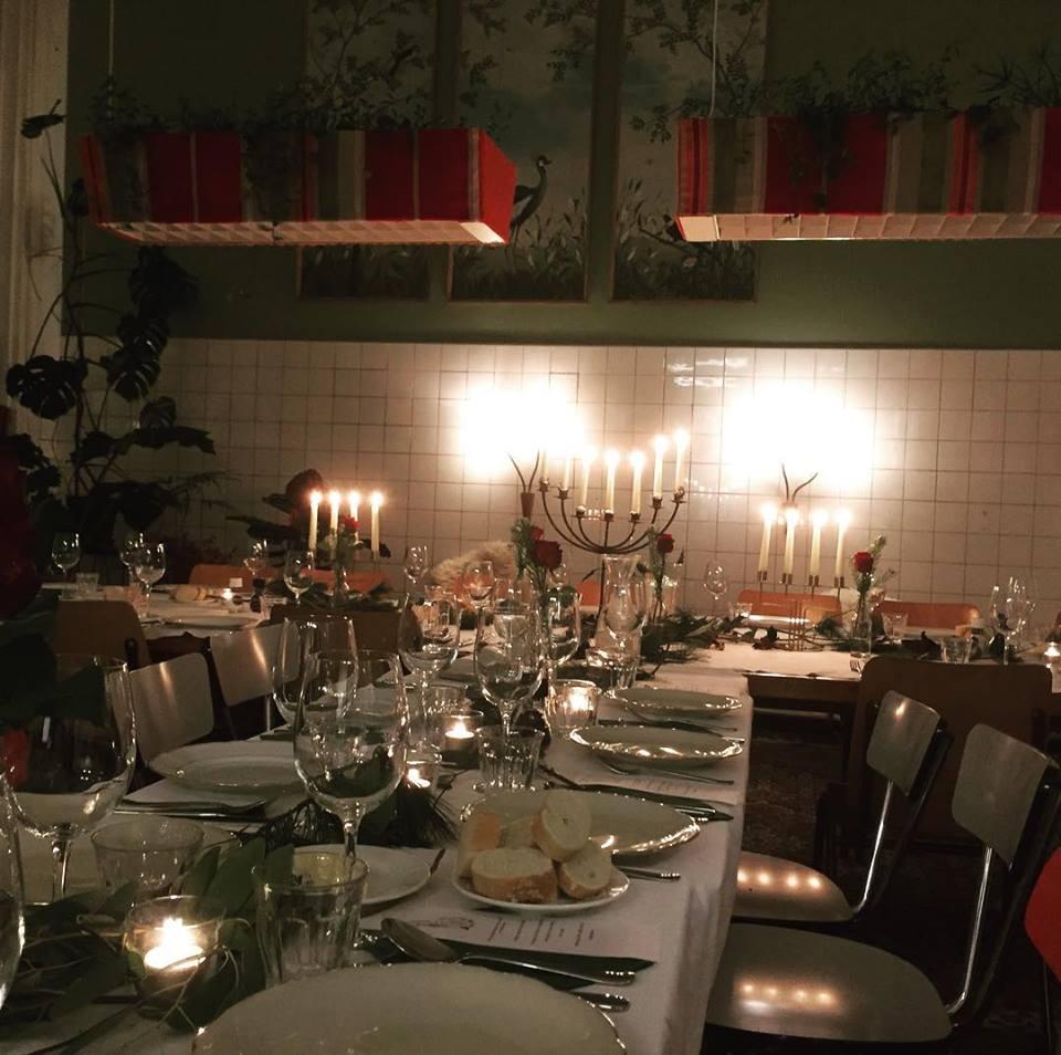 Aanschuiven aan de grote tafel in het restaurant